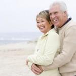 glückliches Rentnerpaar am Strand